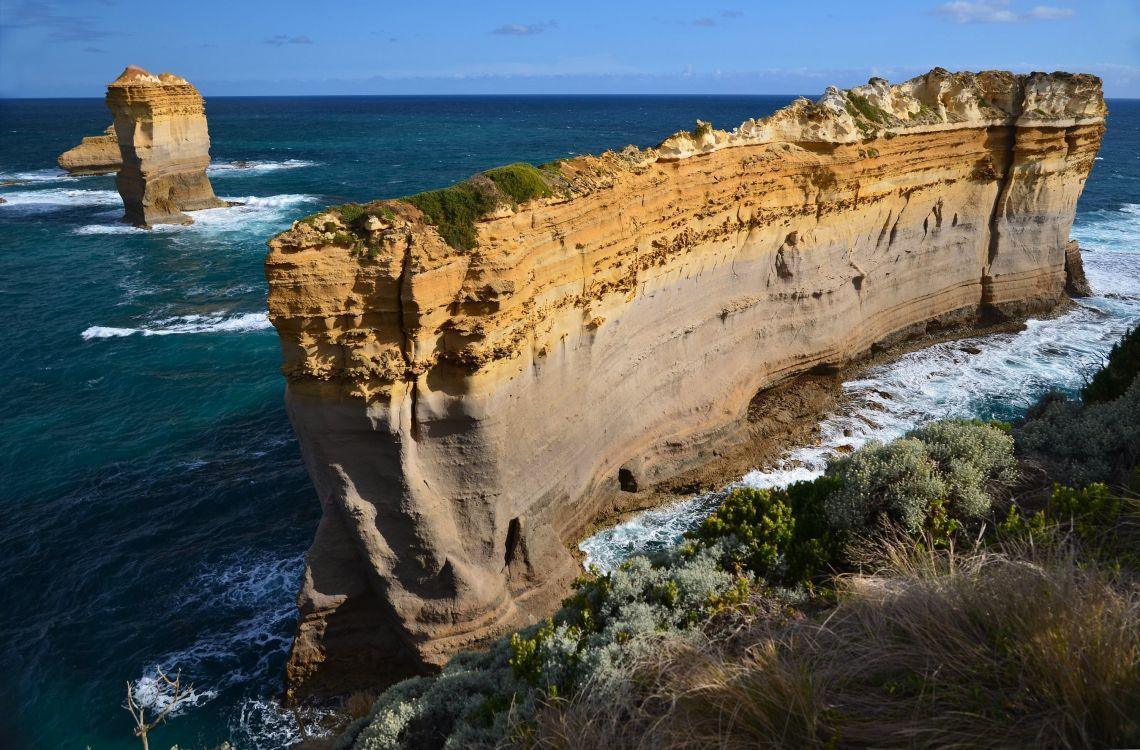 Обои море, обрыв, побережье, плащ, рок в разрешении 2700x1775