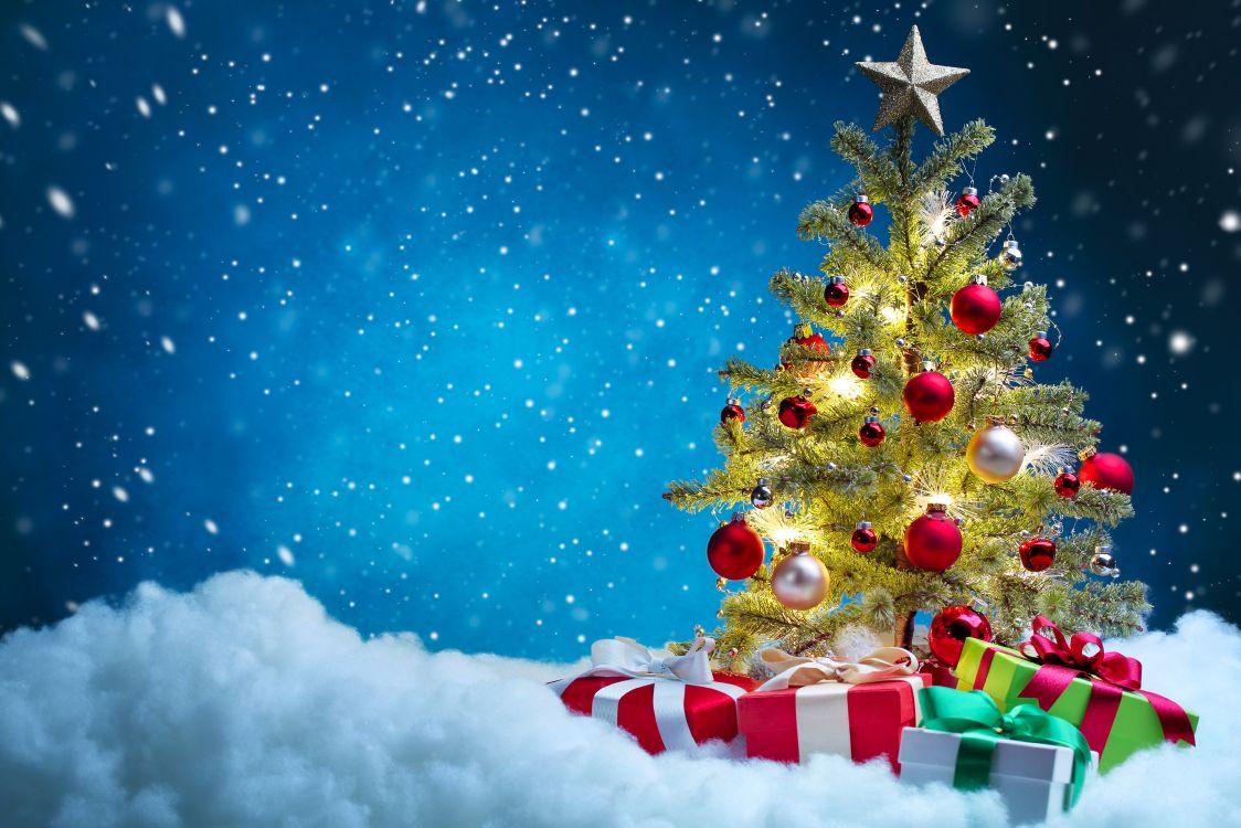 Обои Сочельник, рождественский орнамент, Рождественская елка в снегу, Дед Мороз, Рождество в разрешении 7000x4667